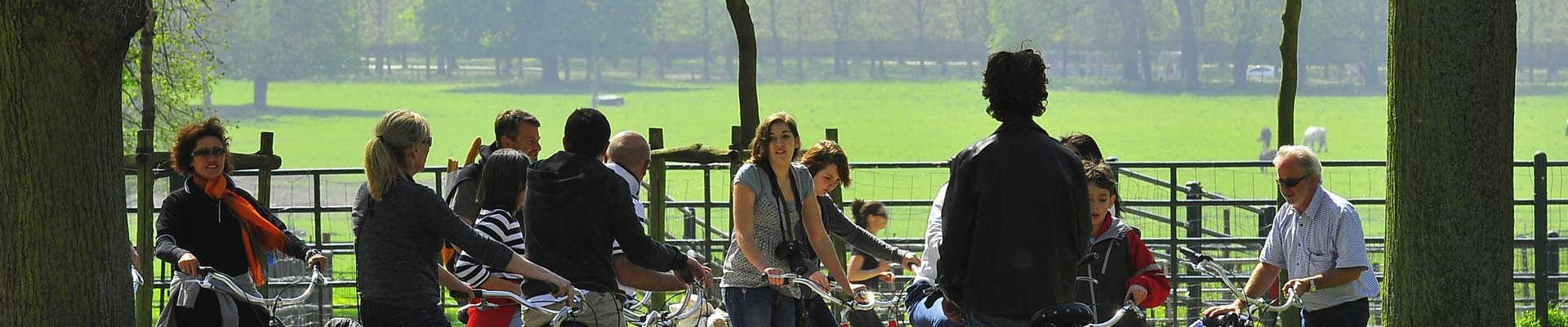 Paseo en bicicleta en el parque del palacio de Versalles