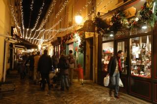 Passants dans la rue des deux portes en période de Noël
