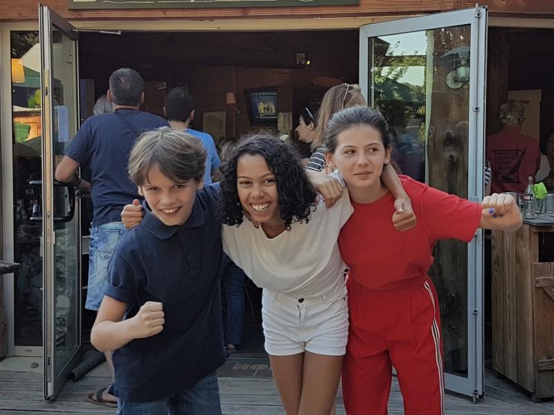 Enfants en bleu blanc rouge lors de la demi-finale de Coupe du Monde à Versailles