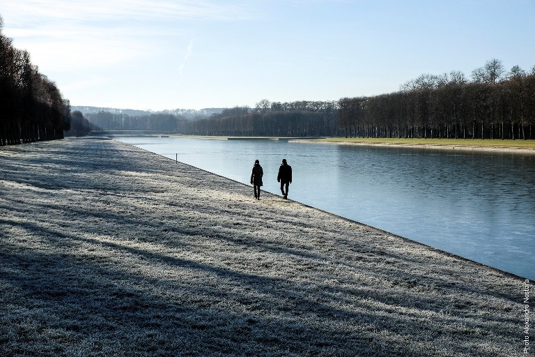 2 people wandering in the park of the Domaine de Versailles