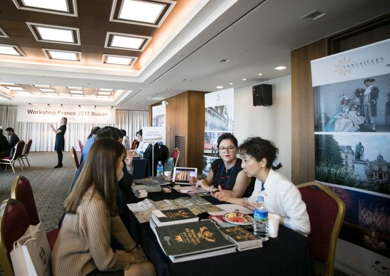 Personnes en discussion au salon Workshop France 2017 Busan