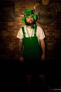 Personne habillée en vert pour la Saint Patrick