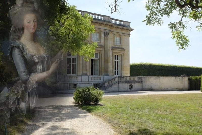 Marie-Antoinette en fantome devant le Petit trianon